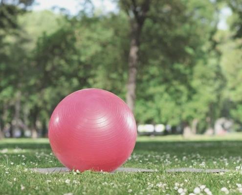 Gymnastikball in Parklandschaft